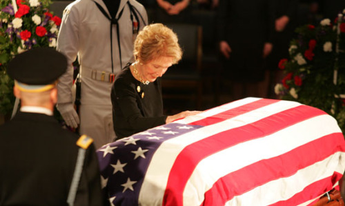 Nancy Regan saying her last goodbye to her husband President Ronald Reagan in 2004. Mrs. Reagan will be buried at the Ronald Reagan Presidential Library in Simi Valley, California, next to her husband, Ronald Wilson Reagan, who died on June 5, 2004. To prepare for her funeral, the Ronald Reagan Presidential Library, located at 40 Presidential Drive in Simi Valley, California is closed, and will re-open to the public on Sunday, March 13, 2016 at 10:00 a.m. (File photo, Ronald Reagan Presidential Library.)