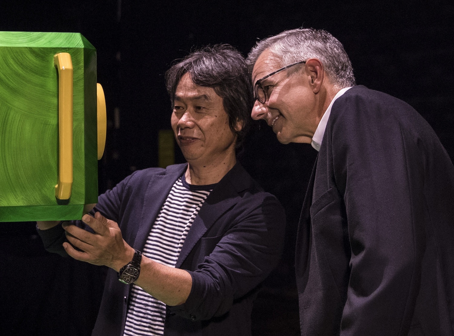 Shigeru Miyamoto, Senior Managing Director and Creative Fellow of Nintendo, discusses attraction features with Mark Woodbury, President of Universal Creative. © 2016 Universal Studios. All Rights Reserved.